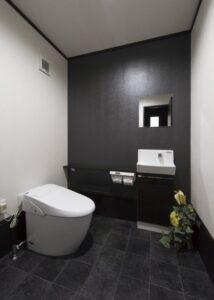シックな黒でまとめたトイレ