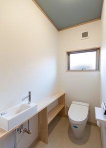 天井にアクセントを加えた広々トイレ