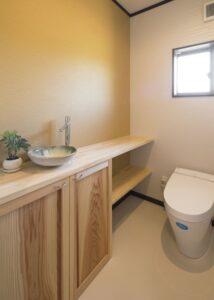 造作カウンターを付けた広々トイレ